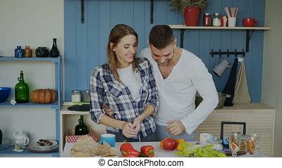 sien, couple, impressionner, kitchen., aimer, amusement, séduisant, fruits, petite amie, jongler, beau, avoir, homme