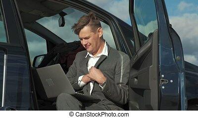 sien, délassant, fonctionnement, ordinateur portable, voiture., valise, homme affaires, plage