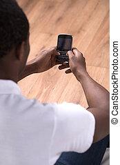 sien, descente, africaine, mobile, hommes, téléphone, téléphone., dactylographie, message, vue postérieure