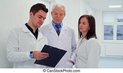 sien, docteur, main, presse-papiers, tenue, mâle
