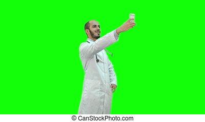 sien, docteur, manteau, selfie, blanc, chroma, écran, téléphone, stéthoscope, key., vert, sourire, prendre