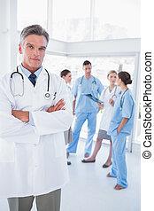 sien, docteur, monde médical, bras pliés, équipe, devant
