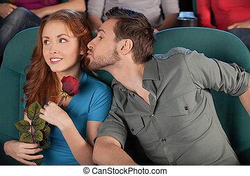 sien, elle., film regardant, hommes, jeune, quoique, cinéma, baiser, petite amie, essayer, beau