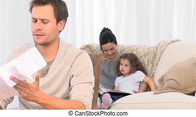 sien, famille, sofa, fâché, conjugal, regarder, quoique, factures, homme