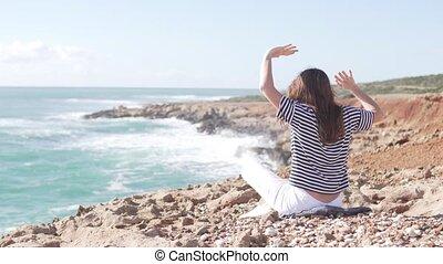 sien, femme, dos regard, appareil photo, mer, assied
