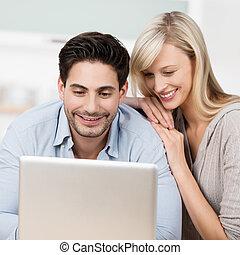 sien, fonctionnement, épouse, ordinateur portable, regardé, homme