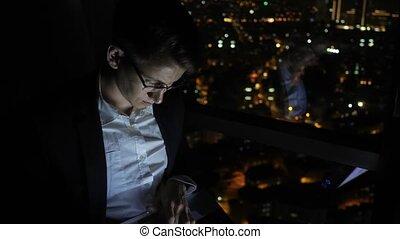 sien, fonctionnement, jeune, travailleur indépendant, fenêtre, informatique, maison, night., homme