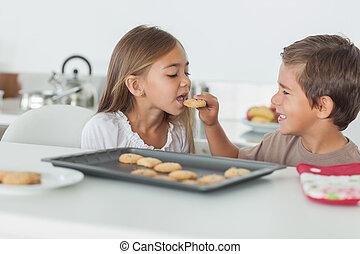 sien, frère, petit gâteau, soeur, donner