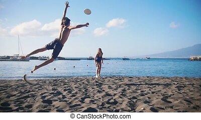 sien, frisbee, jeune, sable, disque, girlfriend., prise, tomber, essayer, plage, jouer, homme