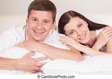 sien, happy., couple, réveiller, jeune, ensemble, gai, petite amie, temps lit, maison, dépenser, mensonge, homme