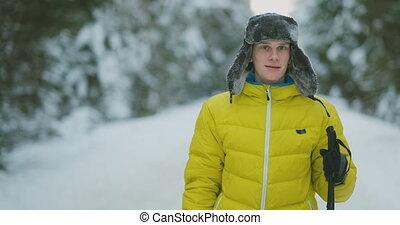 sien, hiver, épouse, skis, regarder, quelque chose, curieux, pendant, homme souriant, voyage, forêt