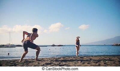 sien, jeune, frisbee, petite amie, plage, jouer, homme