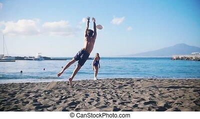 sien, jeune, girlfriend., mer, jeu frisbee, homme