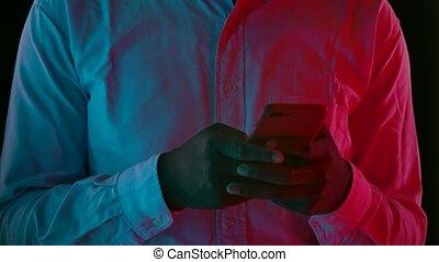 sien, jeune, mâle, portrait, motion., lent, texting, fin, américain, élégant, smartphone., africaine, haut.