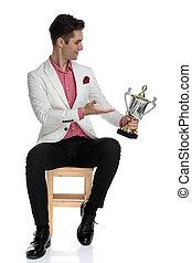 sien, jeune, récompense, élégant, homme assis, côté, présentation
