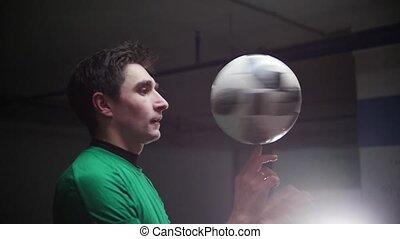 sien, jeune, rotation, balle, doigt, parking., souterrain, football, homme