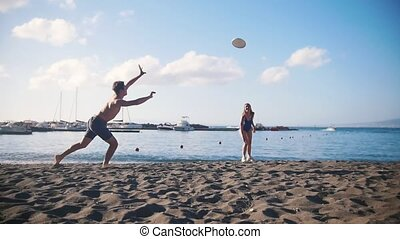 sien, jeune, sable, frisbee, girlfriend., tomber, plage, jouer, homme