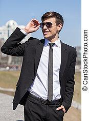 sien, lunettes soleil, ajustement, hommes, jeune, formalwear, gai, businessman., sourire