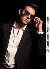 sien, lunettes soleil, met, regarde, côté, homme