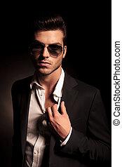 sien, lunettes soleil, tenue, complet, collier, homme