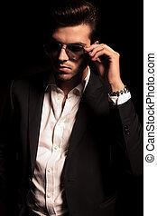 sien, lunettes soleil, tient, élégant, frais, homme