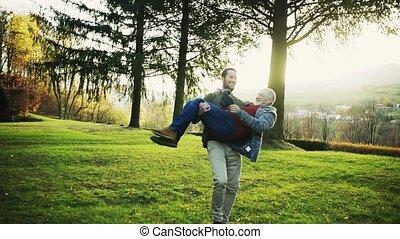 sien, nature, spinning., porter, motion., père, jeune, bras, lent, homme aîné