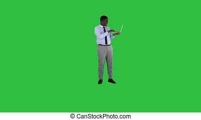sien, ordinateur portable, africaine, chroma, jeune, écran, conversation, appareil photo, vert, key., mains, homme
