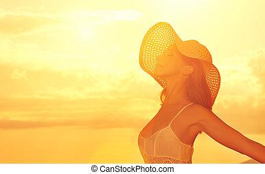 sien, ouvert, beauté, plage, sur, femme, coucher soleil, mer, apprécie, heureux, mains, chapeau