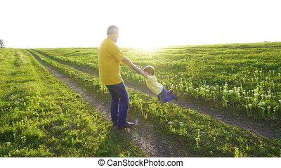 sien, père, contre, fils, tourner, coucher soleil, tenant mains