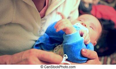 sien, parent, elle, mère, pleurer, jeune, tenant mains, bébé...