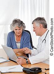 sien, patient, docteur, ordinateur portable, regarder, personne agee
