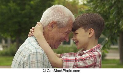 sien, petit-fils, contre, une, leur, fronts, autre, penchant, homme aîné
