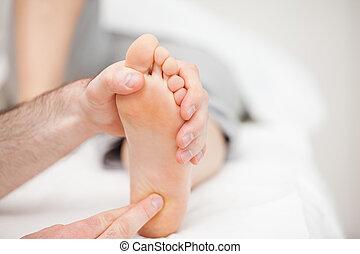 sien, pied docteur, toucher, balle, utilisation, bouts doigt