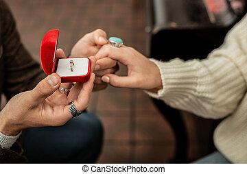 sien, quoique, associé, confection, anneau, apporter, proposition, homme