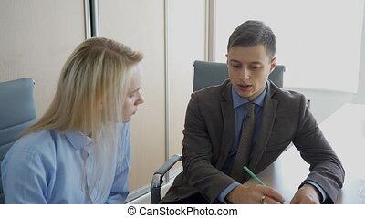 sien, réaction, donner, bureau., jeune, directeur, femme, homme affaires