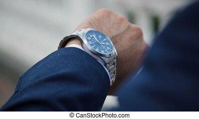 sien, regarder, montre, main, regarder, temps, homme affaires