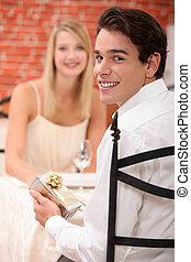 sien, restaurant, donner, jeune, petite amie, présent, homme