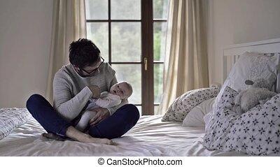 sien, séance, père, lit, garçon, tenant bébé