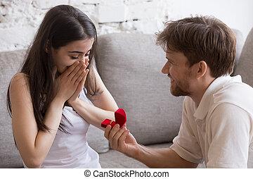 sien, séance, proposer, jeune, sofa, petite amie, homme, heureux