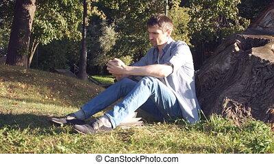 sien, séance, téléphone, mains, herbe, homme