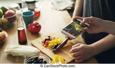 sien, smartphone, salade, média, légumes, social, gros plan, photos, découpage, appareil photo, mains, petite amie, cuisine maison, prendre, homme
