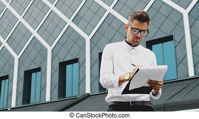 sien, stands, bureau, jeune, documents, homme affaires, dossier, hands.