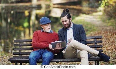 sien, tablette, séance, nature, père, fils, utilisation, personne agee, banc, smartphone.