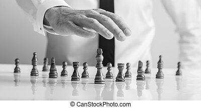 sien, tenue, main bois, échecs, au-dessus, homme affaires, morceaux