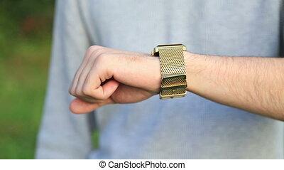 sien, vérifiant montre, poignet, temps, homme