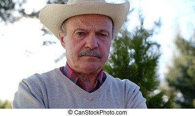 sien, vieux, malheureux, figure, froncer sourcils, espagnol, chapeau, homme