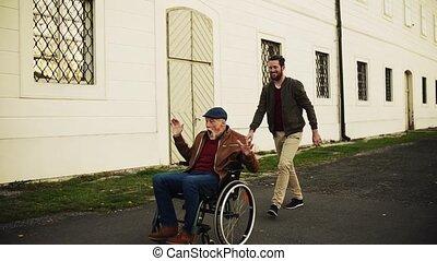 sien, ville, fauteuil roulant, père, jeune, promenade, personne agee, fun., avoir, homme