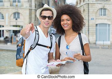 sightseeing, città, felice, turisti, mappa