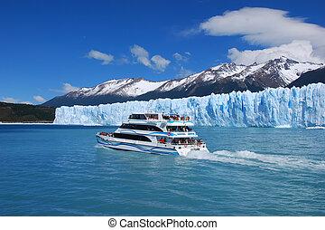 Sightseeing on Lago Argentino - Sightseeing boat on Lago...