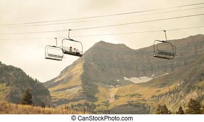 sightseers, op, chairlift, met, berg, in, afstand